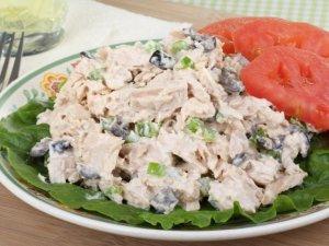 Prosta sałatka z tuńczyka z oliwkami