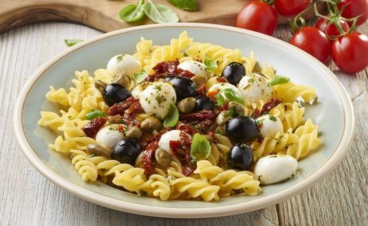 Włoska sałatka makaronowa z mozzarellą i suszonymi pomidorami ...