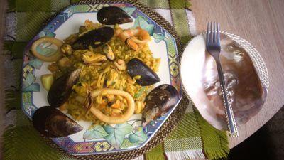 Paella z owocami morza i zielonym groszkiem