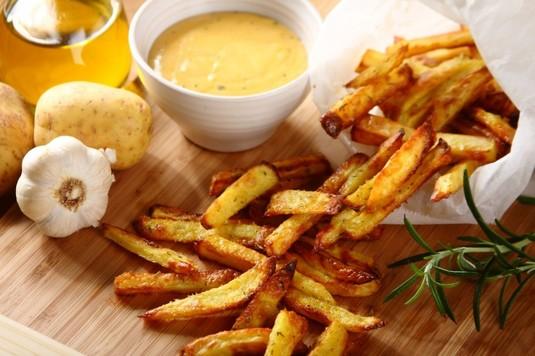 Frytki z ciepłym sosem serowym  video