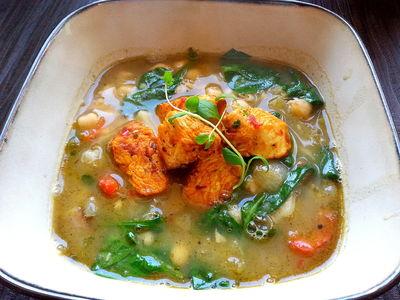 Aromatyczna i pożywna zupa z cieciorki z dodatkiem pikantnego ...