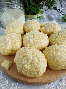 Pampuchy a'la rafaello z białą czekoladą i wiórkami kokosowymi ...