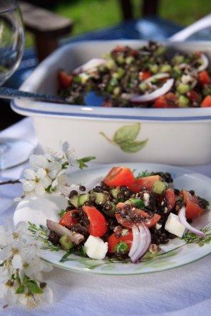 Sałatka z czarnej soczewicy z fetą i ziołami