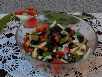 Sałatka z cukinii i pomidorów z oliwkami