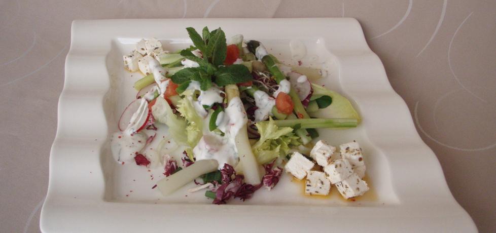 Sałatka z białych i zielonych szparagów z ogórkiem, rzodkiewką ...