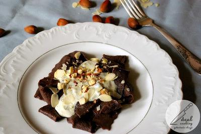 Kakaowe pappardelle z sosem z sera pleśniowego i z orzechami