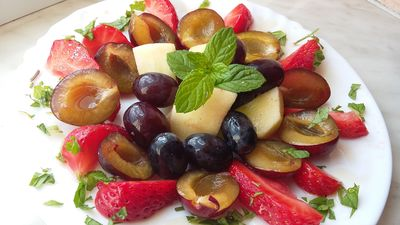 Letnia owocowa sałatka z miętą i syropem klonowym ...