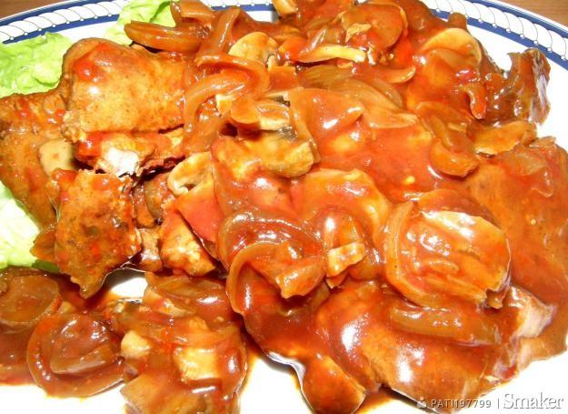 Karkówka z pieczarkami i cebulką w pomidorowym sosie