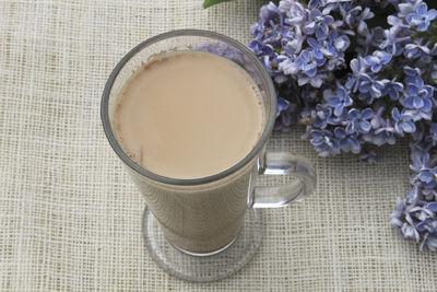 Chai latte herbata z mlekiem i rozgrzewającymi przyprawami ...