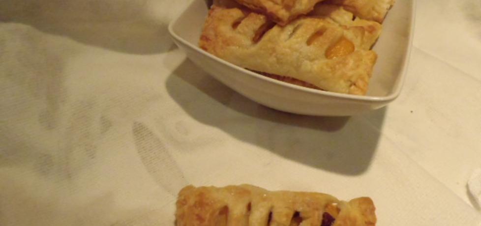 Ciastka francuskie z brzoskwiniami migdałami i rodzynkami (autor ...