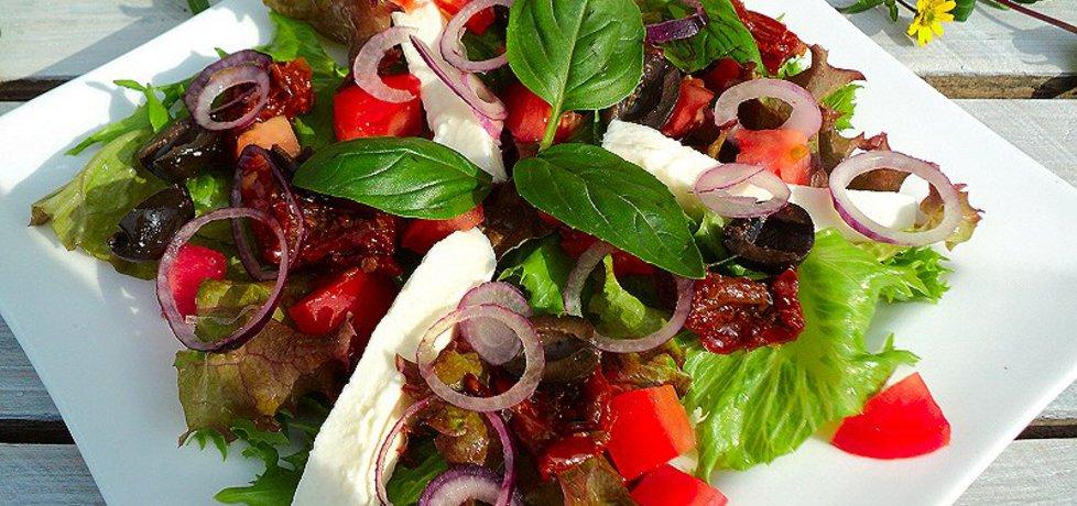 Sałatka z suszonym pomidorem , mozarellą , cebulką (autor ...