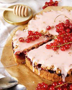 Kruche ciasto z czerwoną porzeczką i różowym lukrem ...