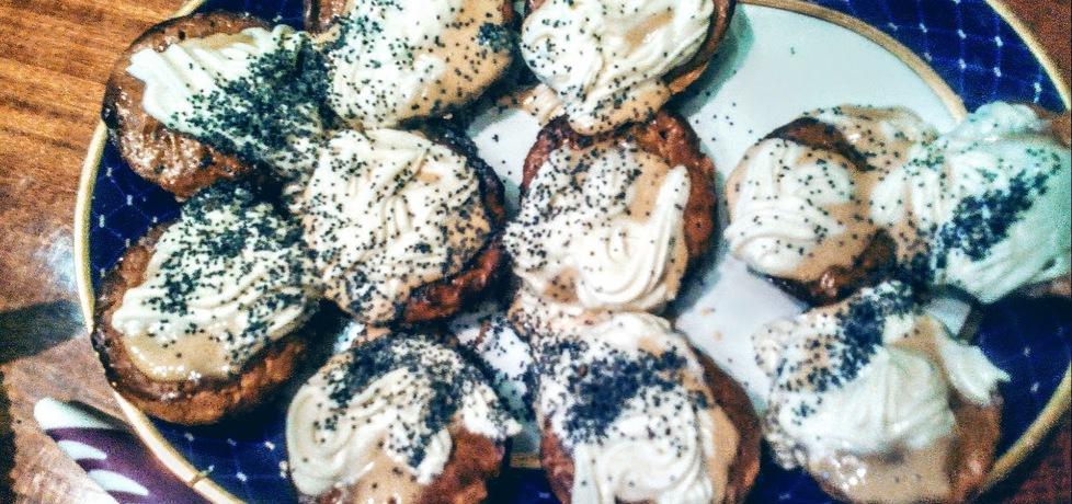 Muffinki owsiane z kajmakiem, bitą śmietaną i makiem (autor ...