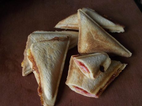 Przepis  sandwich opiekany z serem i boczkiem przepis
