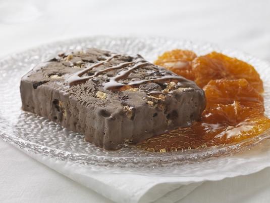 Mrożona terrina z lodów czekoladowych i bezy z pomarańczami w ...