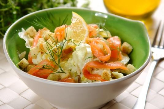 Sałata lodowa z ziemniakami i wędzonym łososiem