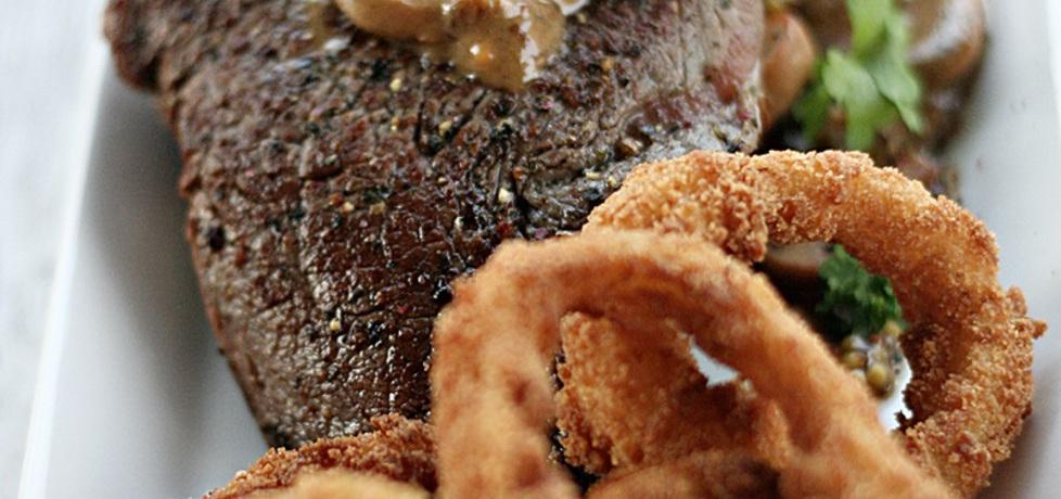 Stek z polędwicy wołowej z sosem pieczarkowym i cebulowymi ...