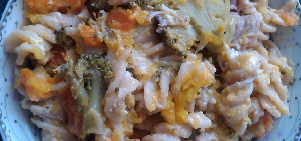 Makaron z warzywami w sosie śmietanowo