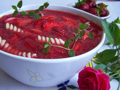 Chłodnik na słodko z truskawkami