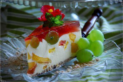 Sernik brzoskwiniowy z winogronami