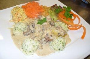 Wątróbki drobiowe w sosie cebulowo-śmietanowym z ryżem