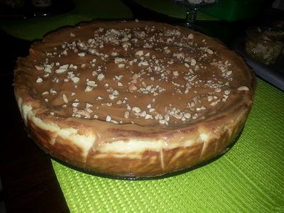 Sernik z białą czekolada i karmelem