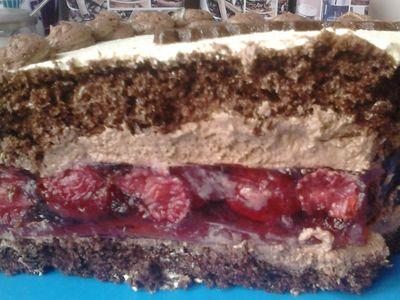Tort czekoladowy z wkładką truskawkową
