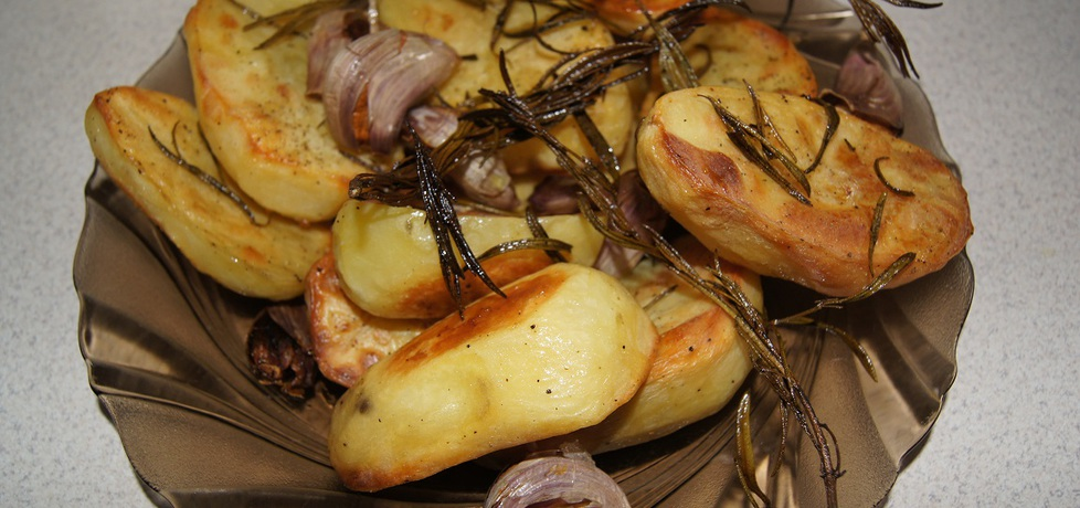 Pieczone ziemniaki z czosnkiem i świeżym rozmarynem (autor ...