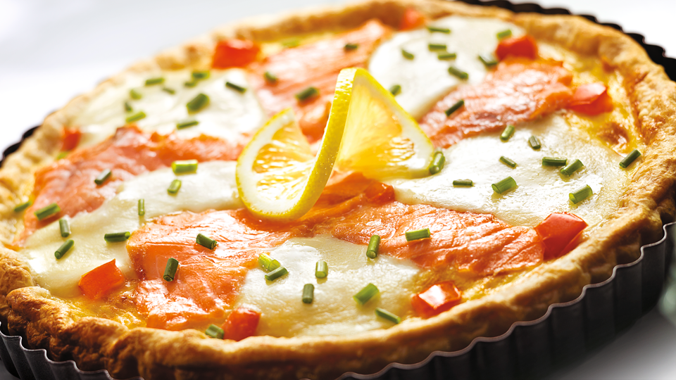 Przepis na tartę z łososiem, mozzarellą i pomidorami