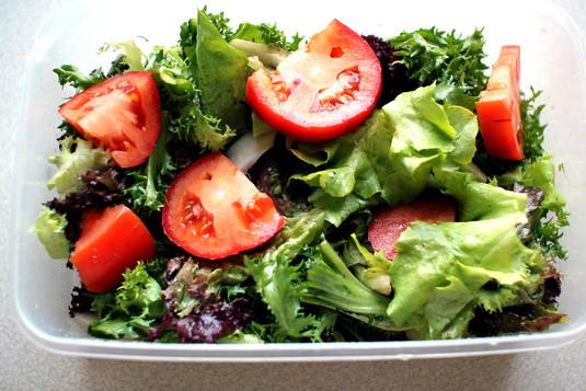 Trzy sałaty w sosie cytrynowo  bazyliowym