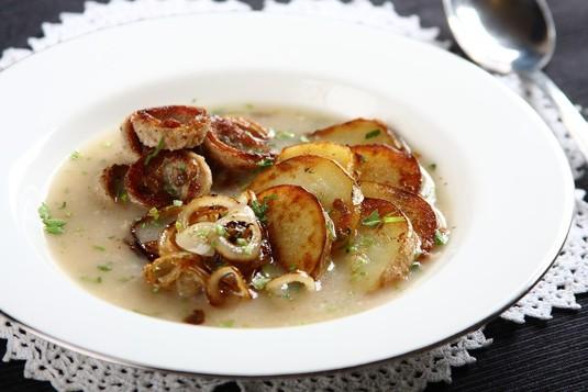 Żurek ze smażonymi ziemniakami i kiełbasą