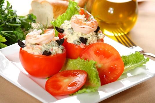 Sałatka z krewetek w pomidorach
