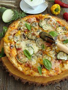 Pizza z boczkiem, papryką, cukinią, pieczarkami i serem pleśniowym