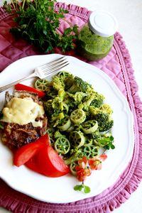 Makaron z pesto szpinakowym i brokułami