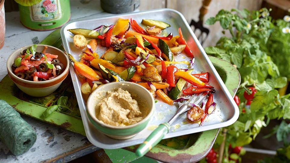 Przepis na warzywa z humusem i salsą pomidorową