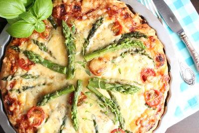 Pizza ze szparagami na puszystym cieście