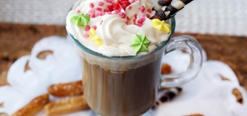 Wegańska kawa z napojem z orzechów macadamia i bitą śmietaną ...