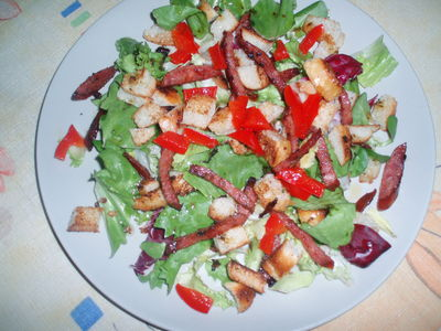 Sałatka z kiełbasą, grzankami i papryką