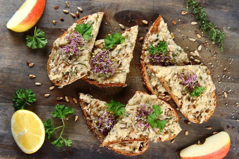 Pełnoziarniste kanapki z wegańskim smalcem z białej fasoli ...