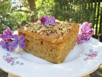Ciasto marchewkowe z kardamonem, kajmakiem i słonecznikiem w ...