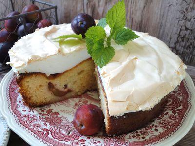 Ciasto z owocami i bezową pianką
