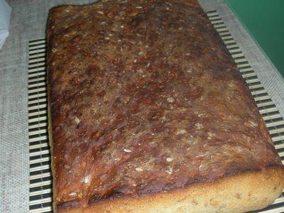 Domowy chleb wieloziarnisty.