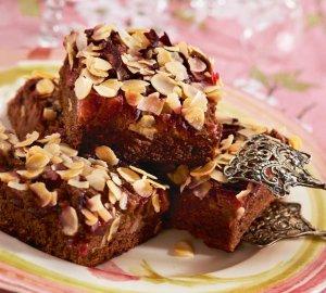 Ciasto korzenne ze śliwkami i migdałami