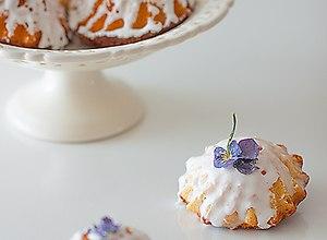 Jogurtowe babeczki z cytrynowym lukrem i fiołkami