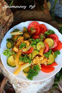 Sałatka z makaronem, kurczakem i pomidorami