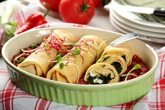 Jaglane naleśniki ze szpinakiem zapiekane w sosie pomidorowym z ...