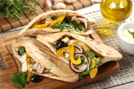 Greckie pity z grillowaną papryką, serem halloumi i sosem ...
