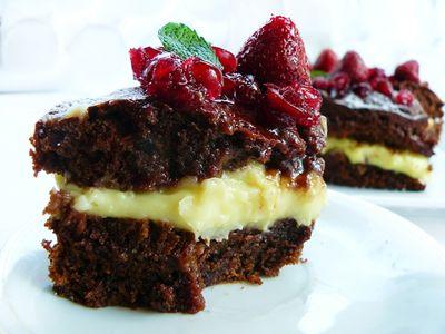 Ciasto czekoladowe z kremem karpatkowym i truskawkami ...