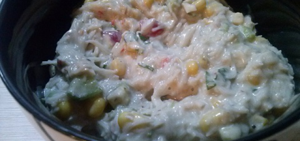 Sałatka z makaronem ryżowym i paluszkami krabowymi (autor ...