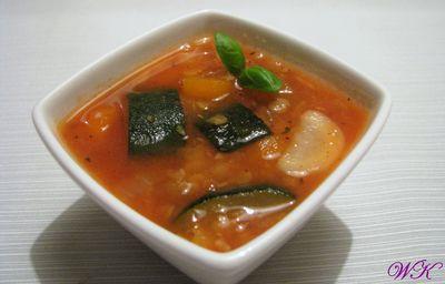 Czerwona zupa z soczewicą i cukinią